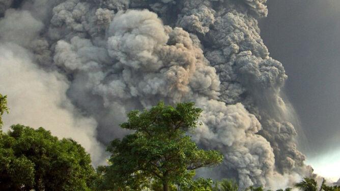 Wybuch wulkanu Tavurvur. Chmura popiołu na antypodach