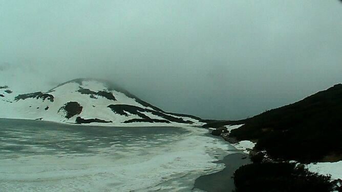 """Lód i śnieg na szlakach. """"Warunki jak zimą, czasami nawet trudniejsze"""""""