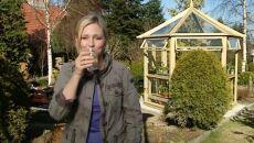 Maja w ogrodzie: sok z brzozy i świeże warzywa
