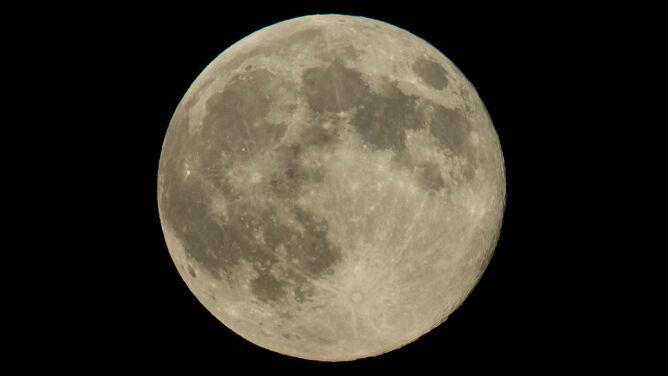 Pełnia Robaczego Księżyca. Kiedy warto spojrzeć w niebo?